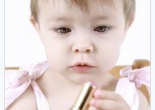 Ваш ребенок подрос и протянул ручки к полочке с вашей косметикой