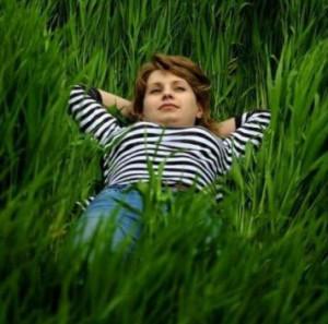 Девушка отдыхает на природе