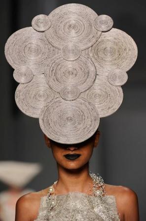 шляпки из газет от Futurearte.